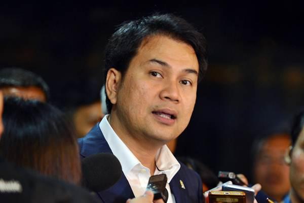 Wakil Ketua DPR Aziz Syamsuddin menjawab pertanyaan wartawan.